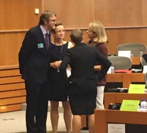 Členky výboru FEMM mě přemlouvají, abych nezmiňoval mimo jiné hodnoty třetiny žen v EU.